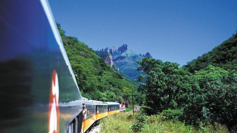 Der Zug Chepe durch die Kupferschluchten - eine der spektakulärsten Zugverbindungen der Welt © Diamir